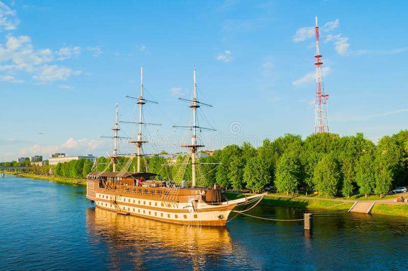 Het Vlaggeschip en het watergebied van het restaurant complex Fregat van Volkhov-rivier in de lentedag in Veliky Novgorod, Ruslan royalty-vrije stock foto's