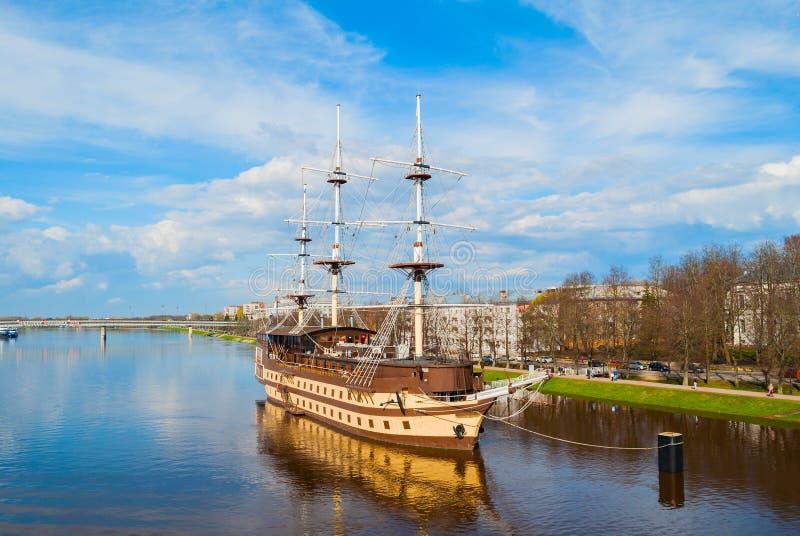 Het Vlaggeschip van het restaurantfregat, watergebied van de Volkhov-rivier in Veliky Novgorod, Rusland royalty-vrije stock afbeelding