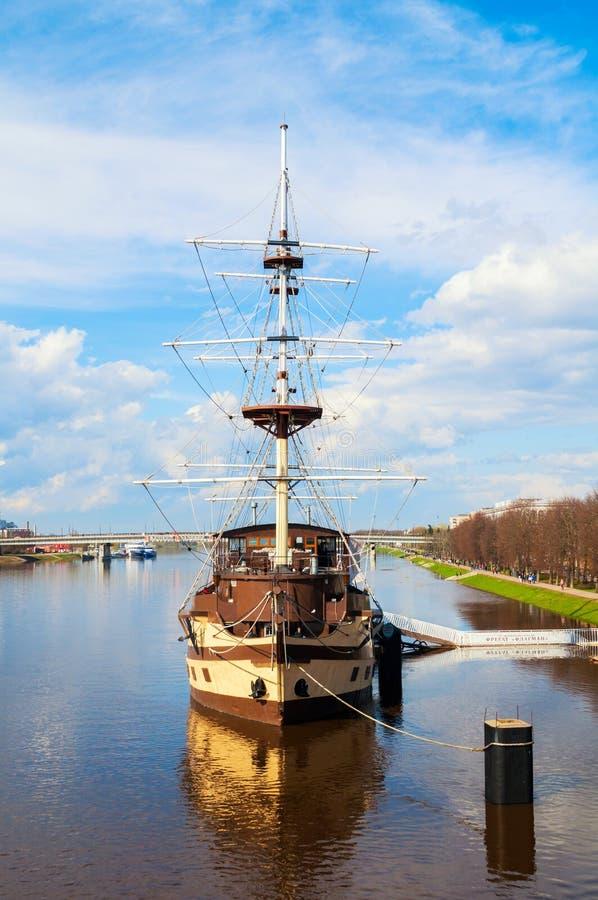 Het Vlaggeschip van het restaurantfregat, watergebied van Volkhov-rivier in Veliky Novgorod, Rusland stock afbeelding
