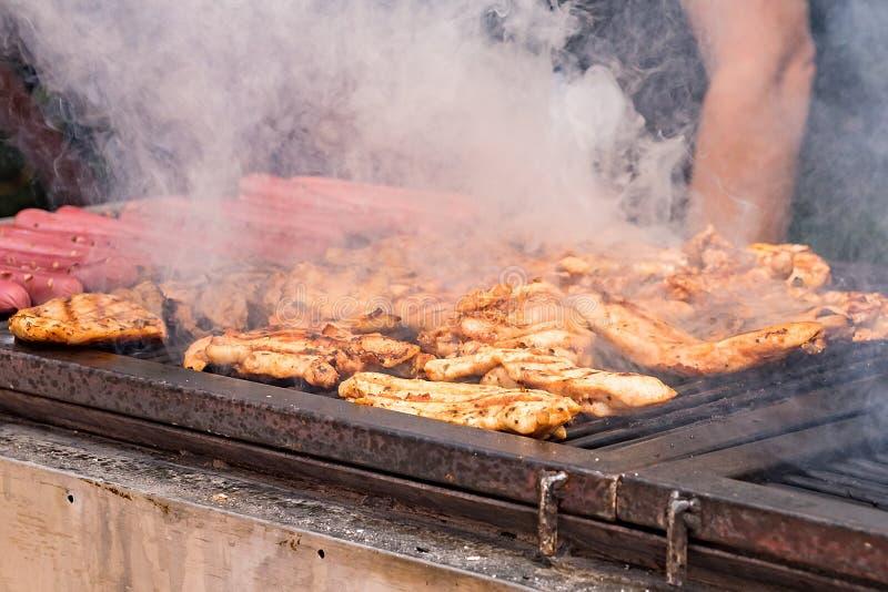Het vlees is gebraden op de grill op de steenkolen stock foto's