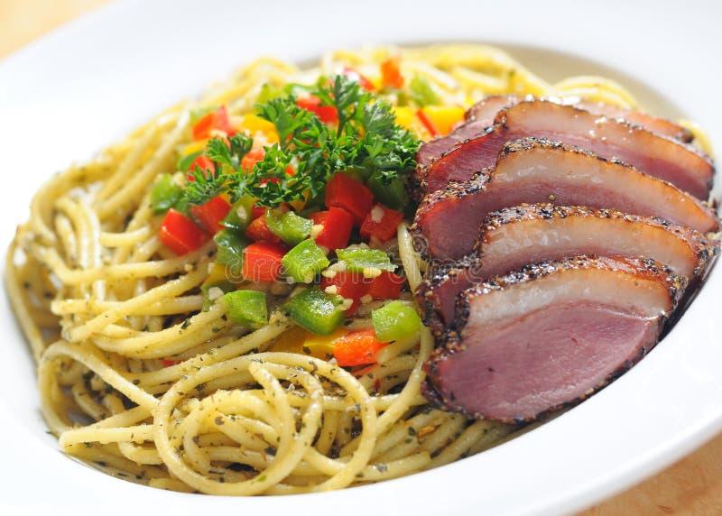 Het vlees van de eend met spaghetti stock afbeeldingen