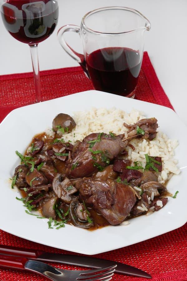 Het vlees van de kip met paddestoelen in rode wijnstoksaus royalty-vrije stock fotografie