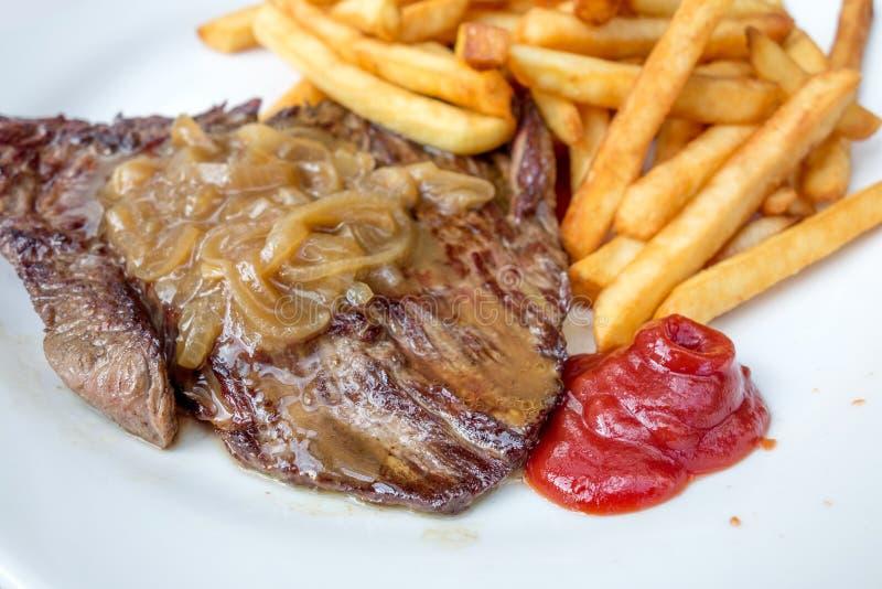 Download Het Vlees Van Het Lapje Vleesrundvlees Met Tomaat En Frieten Stock Foto - Afbeelding bestaande uit filet, voedsel: 39109320