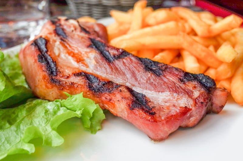 Download Het Vlees Van Het Lapje Vleesrundvlees Met Tomaat En Frieten Stock Afbeelding - Afbeelding bestaande uit saus, tomaat: 39109649