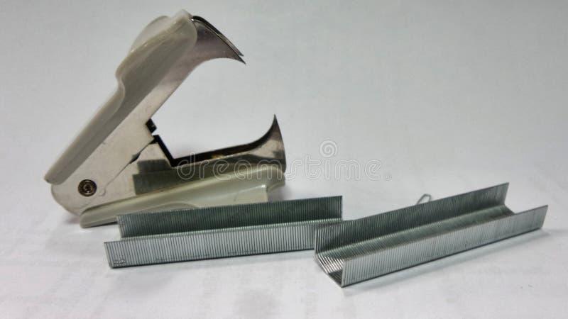 Het vlekkenmiddel en de draad van Staples stock afbeelding