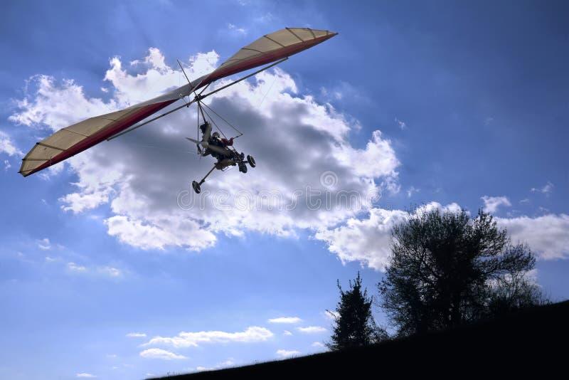 het vliegen aan de zon royalty-vrije stock afbeeldingen