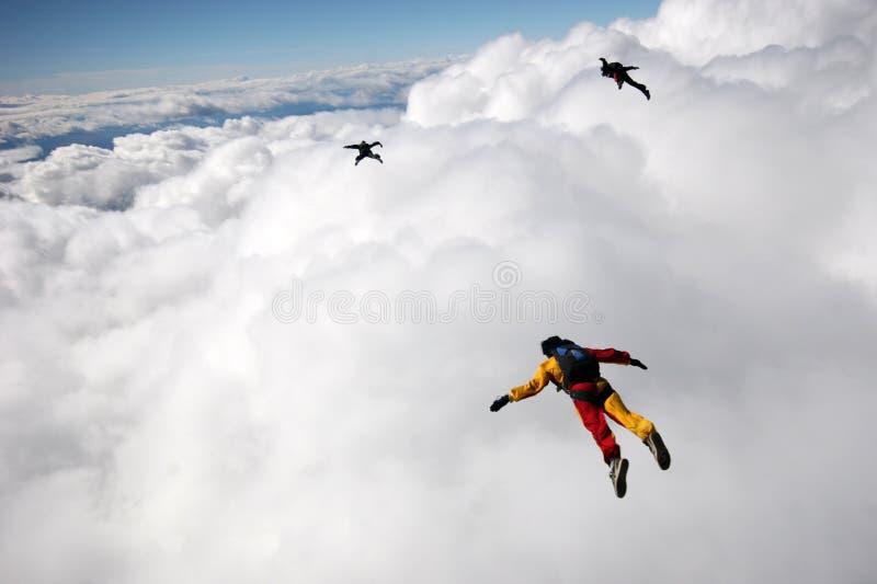Het vliegen boven cummuluswolken stock foto