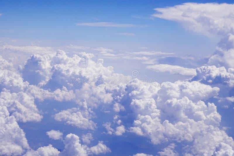 Het vliegen boven de wolken bij 30.000 voet royalty-vrije stock afbeelding