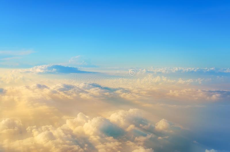 Het vliegen boven de Wolken mening van het vliegtuig, zachte nadrukstralen van licht stock afbeeldingen