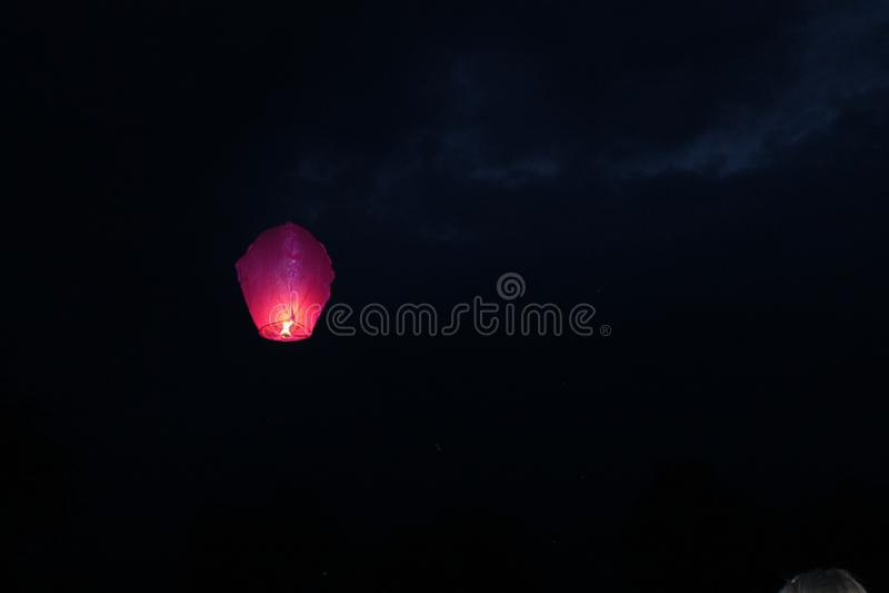Het vliegen in de het document van de hemelbrand lantaarn stock afbeeldingen