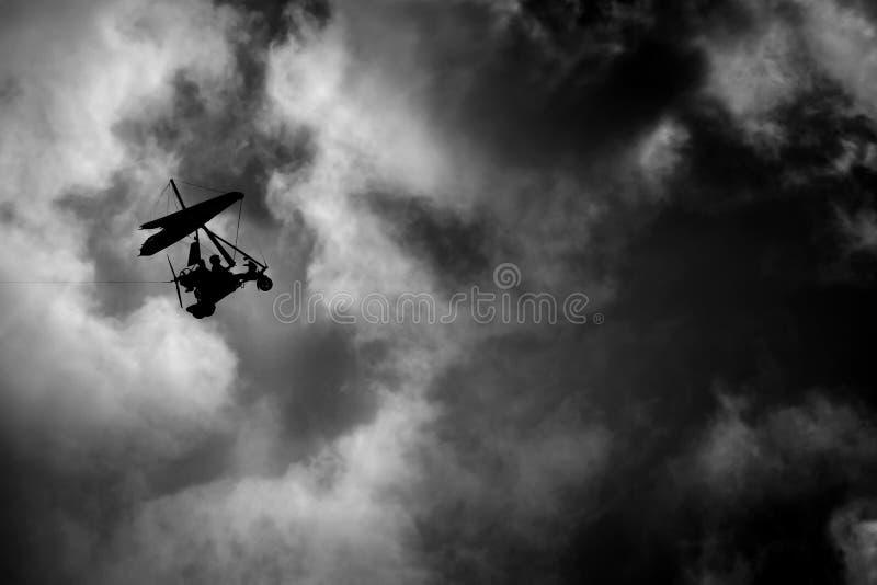 Het vliegen in de hemel stock fotografie