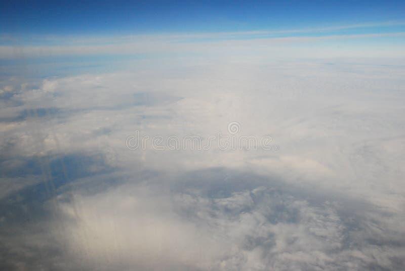 Het vliegen hoog over de wereld stock afbeeldingen
