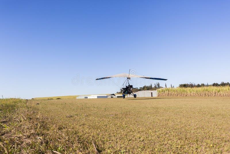 Het vliegen Microlight Vliegtuigen het Landen stock afbeeldingen