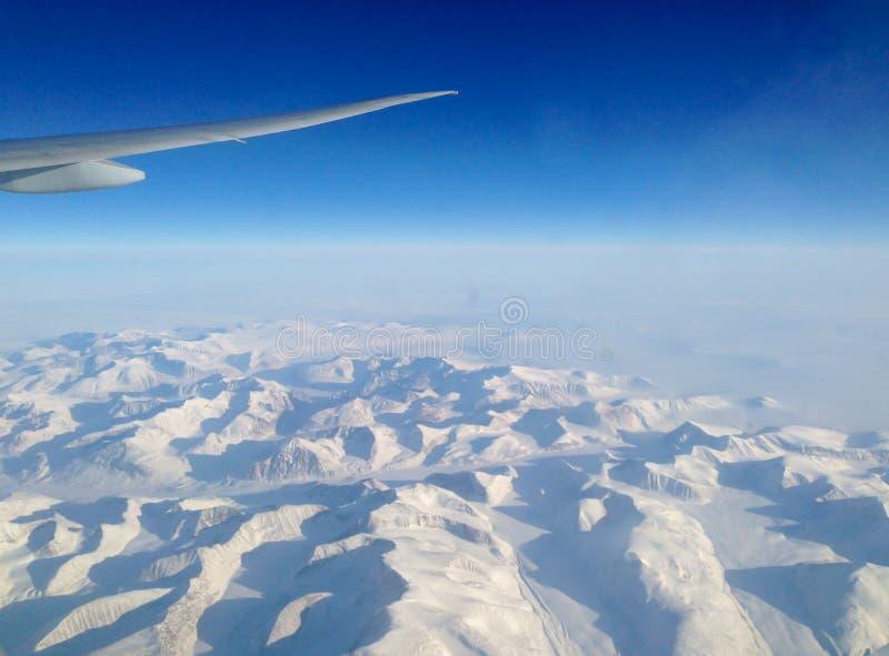 Het vliegen het noorden over de ijskappen van Groenland stock afbeeldingen