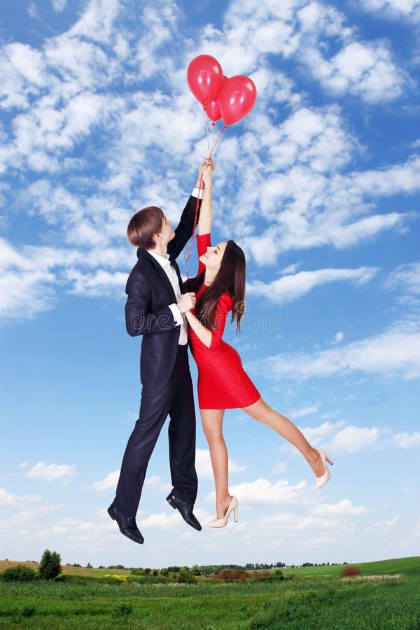 Het vliegen op ballons in de hemel royalty-vrije stock foto's