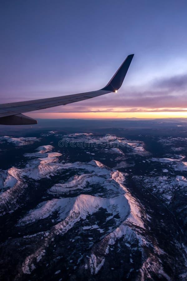 Het vliegen over de rotsachtige bergen van Colorado bij zonsondergang royalty-vrije stock foto
