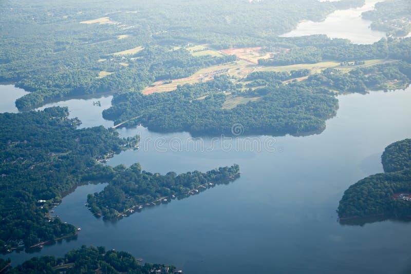 Het vliegen over meer Normandisch Noord-Carolina in ochtend royalty-vrije stock afbeeldingen
