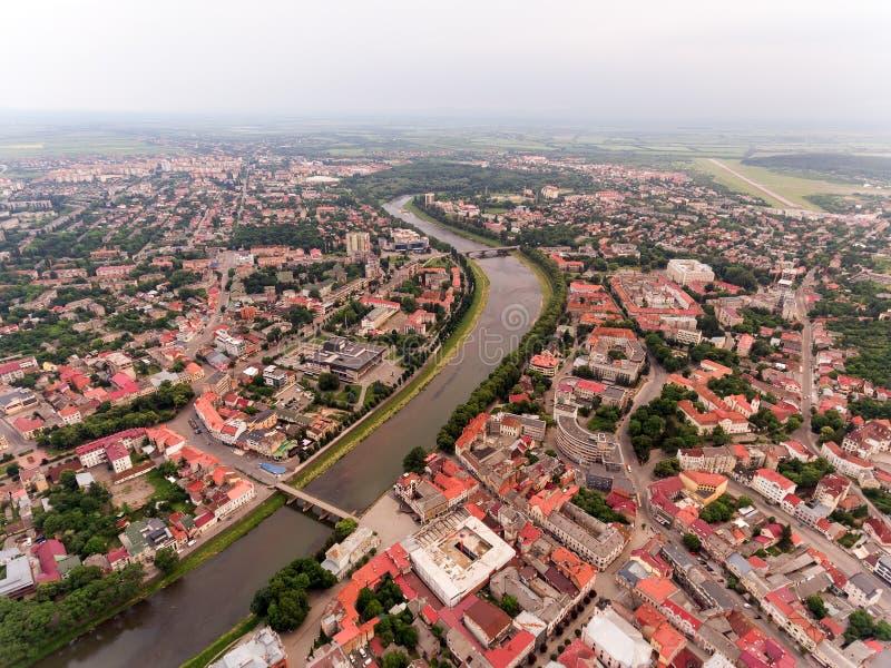 Het vliegen over Uzhgorod-stad de Oekraïne stock afbeelding