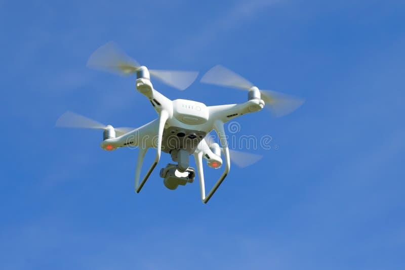 Het vliegen quadrocopter ` Spook 4 Geavanceerd ` close-up tegen de blauwe hemel royalty-vrije stock fotografie
