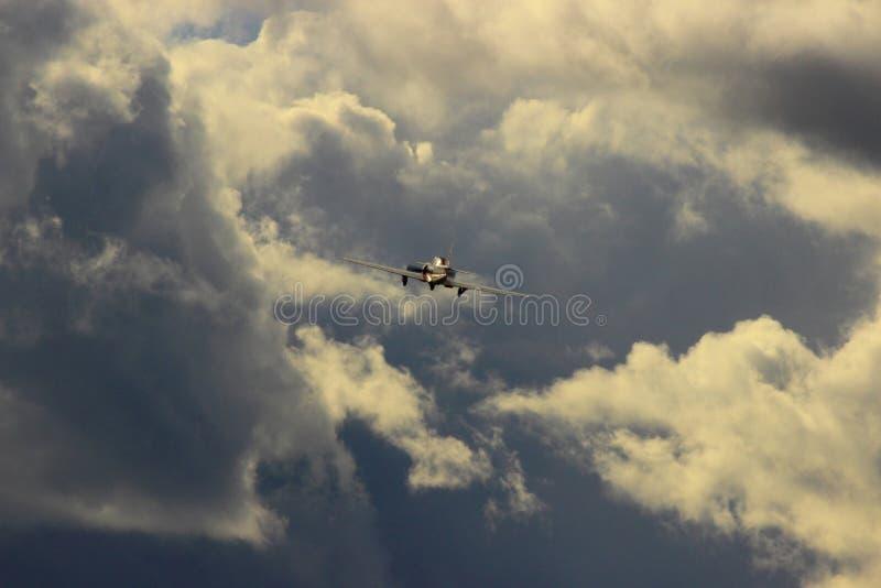 Het vliegen in stormachtig knoeit royalty-vrije stock foto's