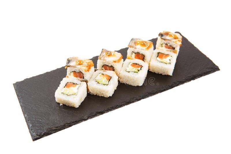 Het vliegen stukken sushi met houten die eetstokjes, op witte achtergrond worden gescheiden Vliegend voedsel en motieconcept geïs royalty-vrije stock afbeelding