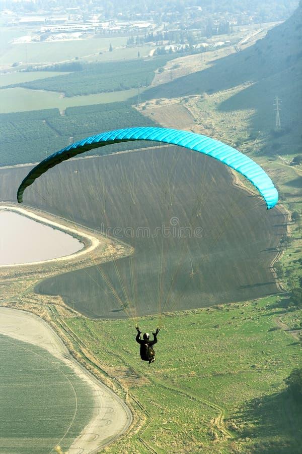 Het vliegen van het glijscherm stock afbeeldingen