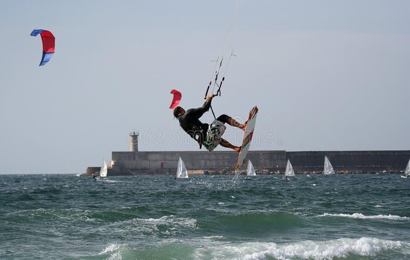 Het vliegen van Kitesurfer stock foto