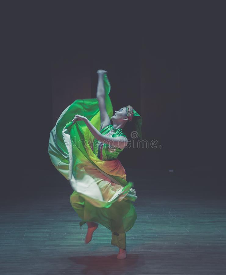 Het vliegen van rok-dans de volksdans dramaaxi sprong-Yi stock fotografie