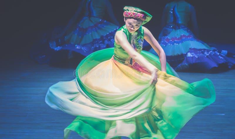 Het vliegen van rok-dans de volksdans dramaaxi sprong-Yi royalty-vrije stock foto's