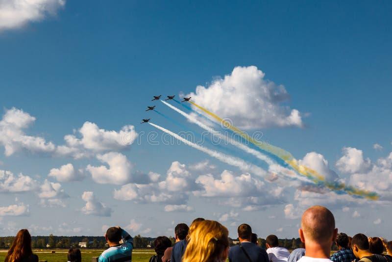 Het vliegen in Vorming bij airshow stock foto