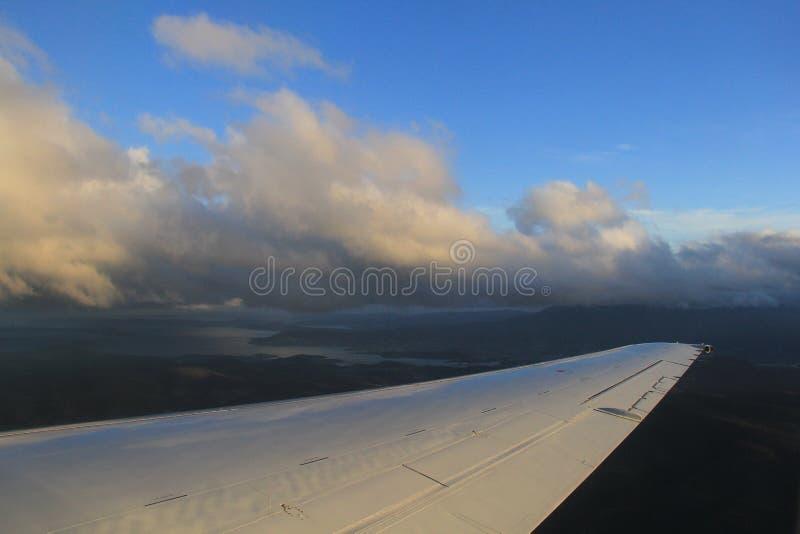 Het vliegen in wolken royalty-vrije stock fotografie