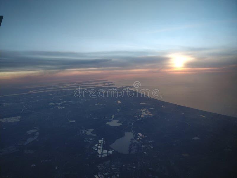 Het vliegen zonsondergang royalty-vrije stock afbeelding
