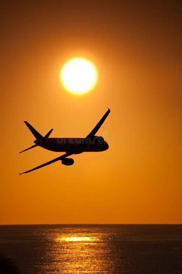 Het vliegen in zonsondergang royalty-vrije stock foto's