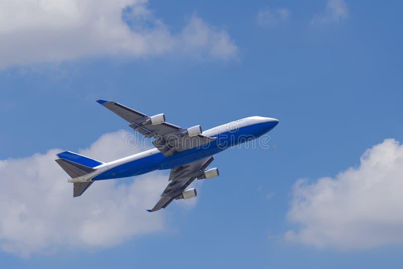 Het vliegtuig againt blauwe hemel van Boeing 747-400 royalty-vrije stock afbeelding