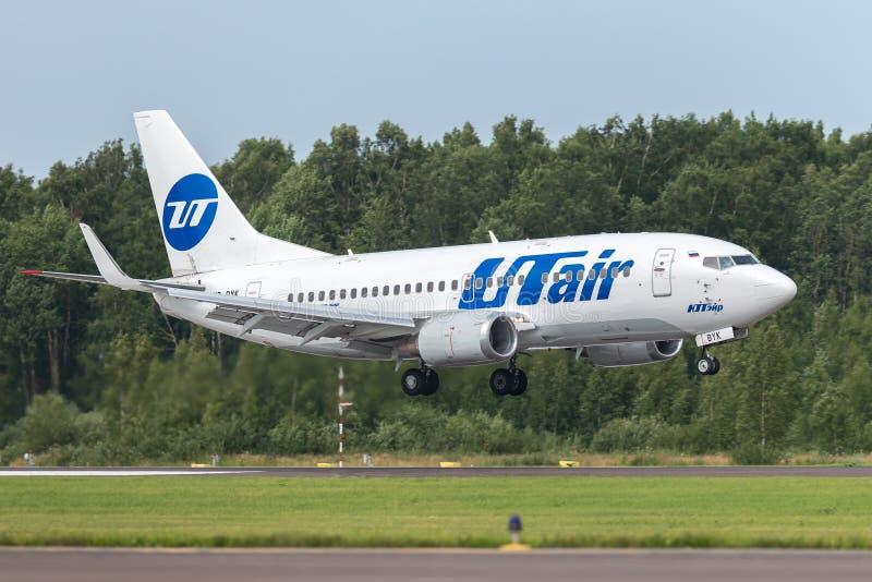 Het vliegtuig Boeing B737 van UTair landt op de baan bij luchthaven Pulkovo stock foto