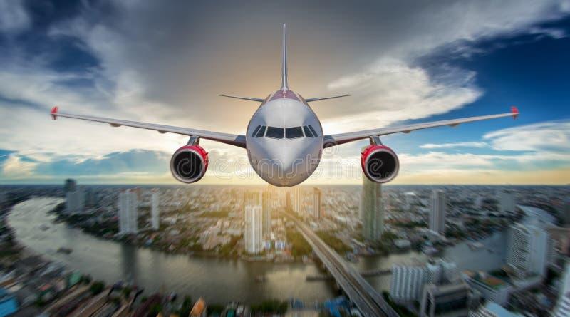Het vliegtuig dat van de passagier op baan in luchthaven landt stock afbeeldingen