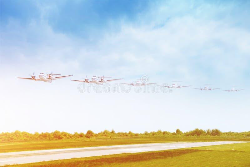 Het vliegtuig dat van de passagier op baan in luchthaven landt stock foto's