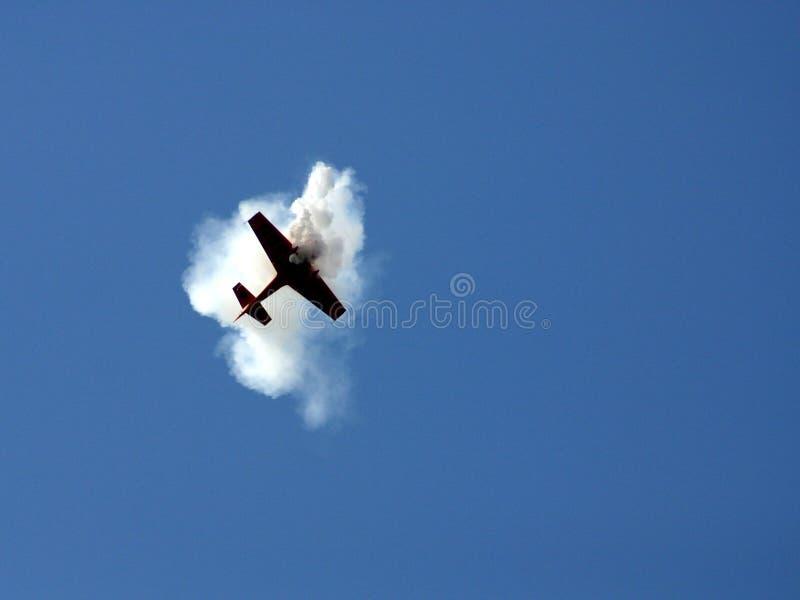 Het vliegtuig in de rook stock foto