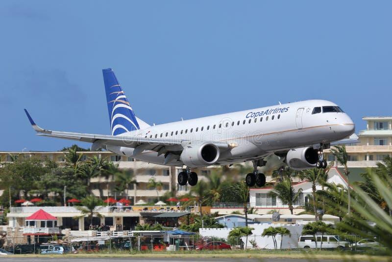 Het vliegtuig die van Copa Airlines Embraer ERJ190 St Maarten airpor landen stock afbeeldingen