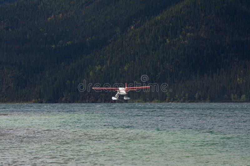 Het vliegtuig die van de ottervlotter van Muncho-Meer van start gaan royalty-vrije stock afbeeldingen