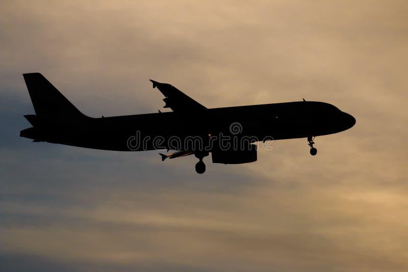 Het vliegtuig die van de silhouetpassagier binnen aan exorbitante altitud wegvliegen royalty-vrije stock afbeeldingen