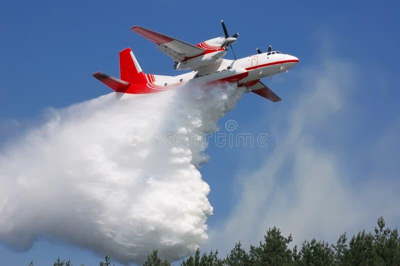 Het vliegtuig dooft de brand met water. royalty-vrije stock foto's