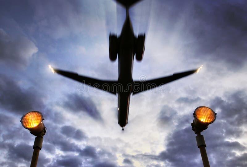 Het vliegtuig gaat boven over stock afbeelding