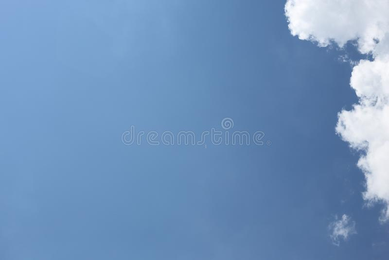 Het vliegtuig in hoogte tegen royalty-vrije stock foto's