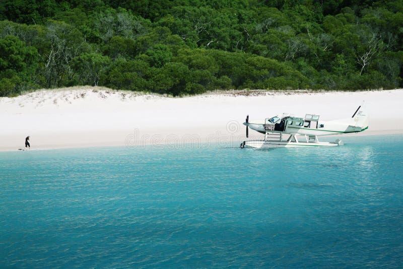 Het vliegtuig komt op strand Whitehaven aan stock fotografie