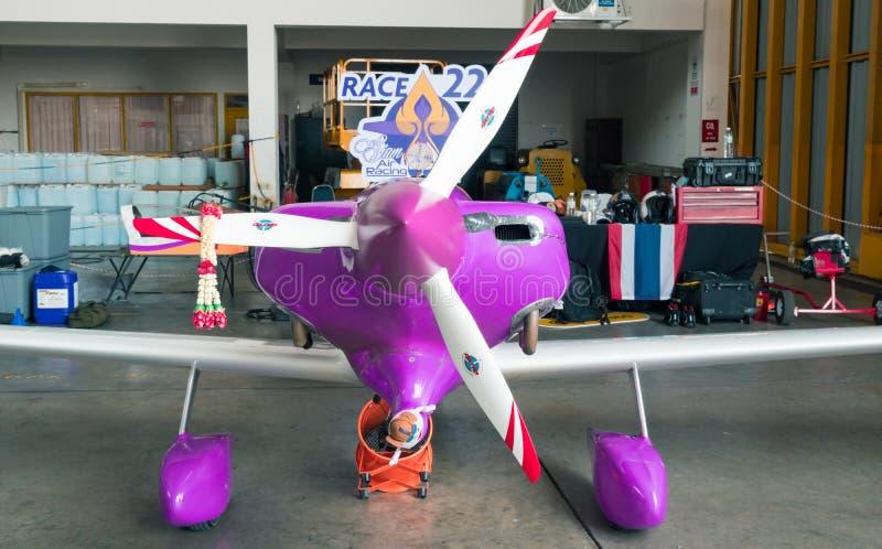 Het vliegtuig nr van Lionel Mougel ` s 22 `-Hysterie` vliegtuigen modelleren Panter gr.-7 in Luchtras 1 Wereldbeker Thailand 2017 royalty-vrije stock afbeeldingen