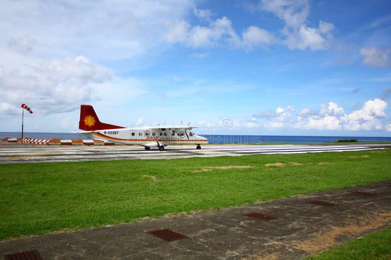 Het vliegtuig is op de parkerenschort naast het overzees in Lanyu, Taiwan stock afbeeldingen
