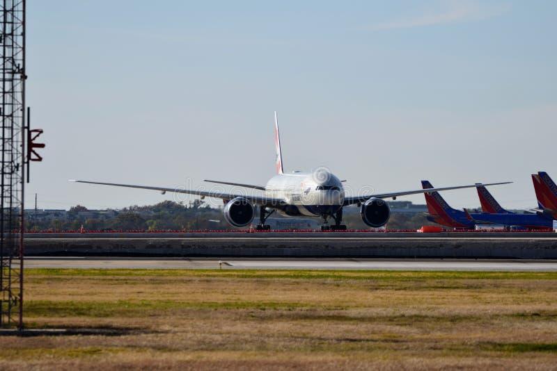 Het vliegtuig van British Airways B777 aankomen de luchthavenpoort royalty-vrije stock afbeelding
