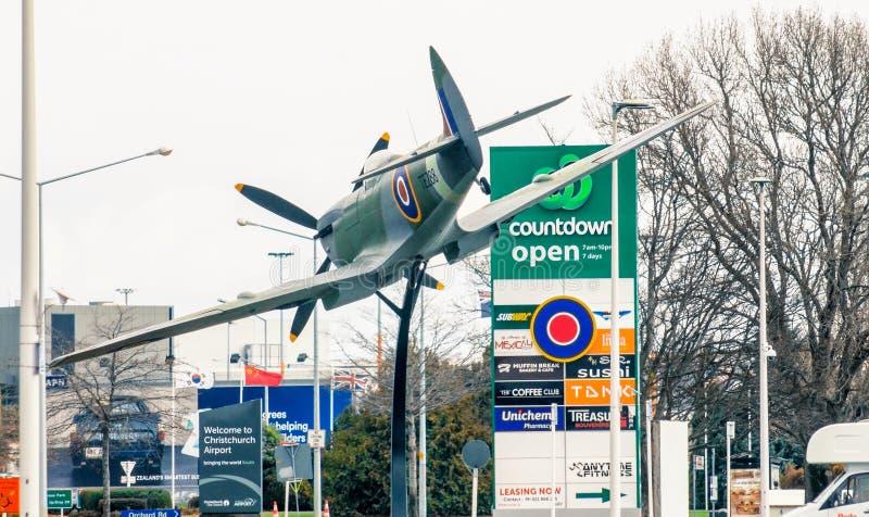 Het vliegtuig van de heethoofdvechter dichtbij Christchurch-Luchthaven wordt gevestigd die royalty-vrije stock afbeeldingen