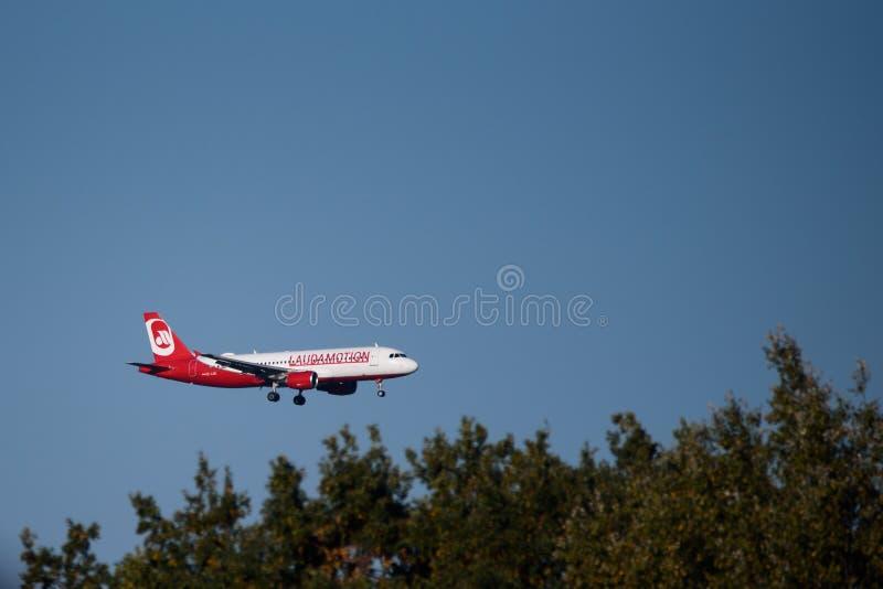 Het vliegtuig van de Laudamotionluchtbus A320-200 alvorens te landen royalty-vrije stock afbeeldingen